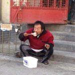 Addio 'Godenzio', Prato perde il folkloristico clochard: rimpatriato in Cina dalla polizia