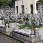 Novità nei cimiteri: tende motorizzate per nascondere le croci ai non cristiani