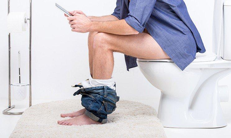 uomo chiuso in bagno